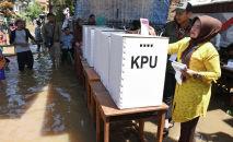 Люди голосуют на избирательном участке во время выборов в Индонезии, 17 апреля 2019 года
