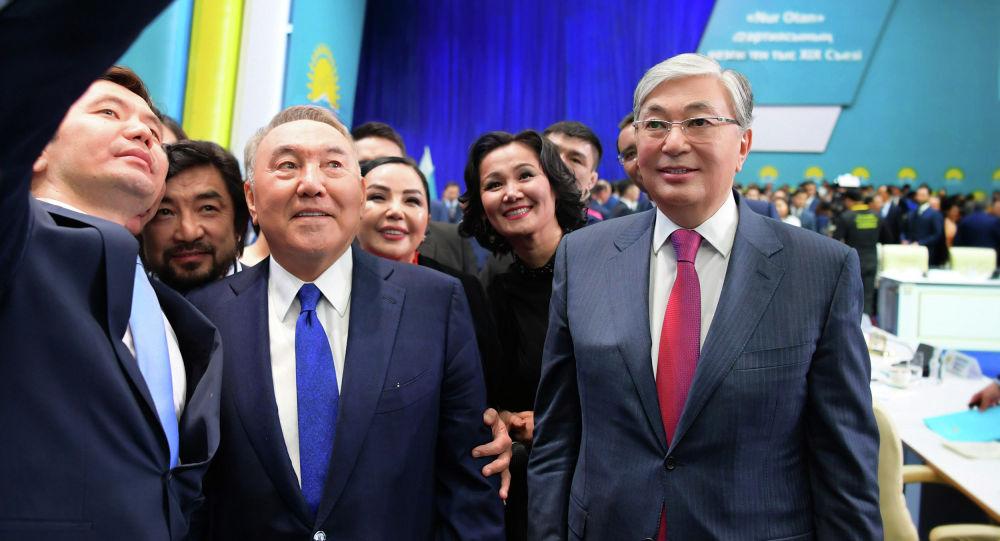 Президент Казахстана Касым-Жомарт Токаев и Елбасы Нурсултан Назарбаев фотографируются после XIX внеочередного съезда партии Nur Otan