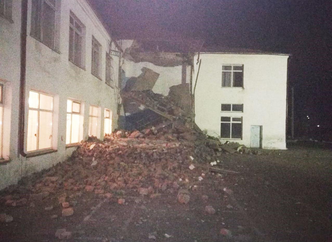 Обрушение аварийного выхода пристроенного к зданию школы в городе Тайынша Северо-Казахстанской области
