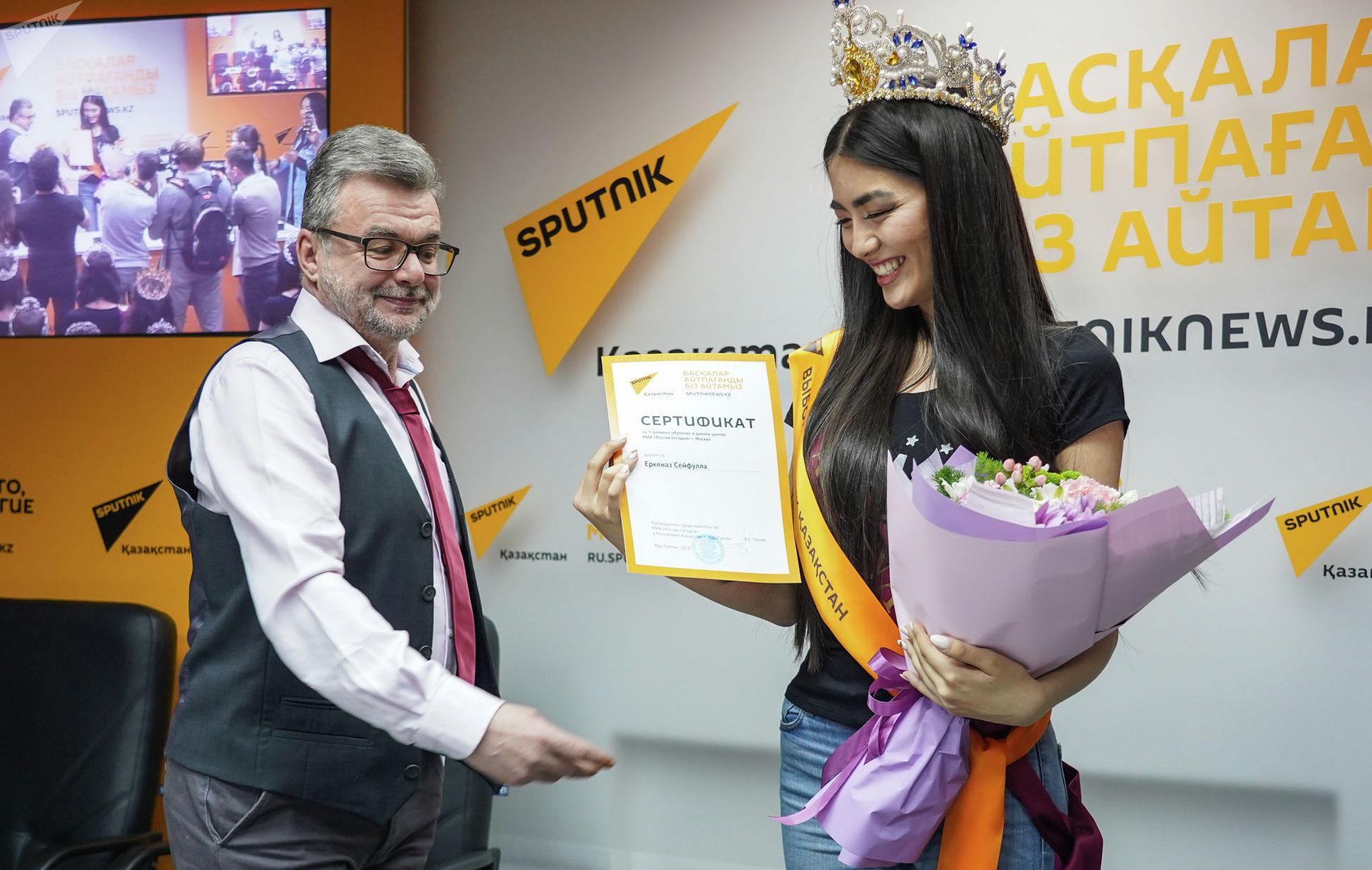 Руководитель представительства МИА Россия сегодня в Казахстане Виктор Панов вручил специальный приз Sputnik Еркеназ Сейфулле
