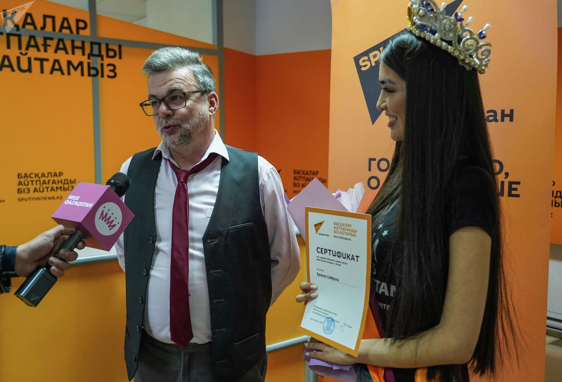 Руководитель представительства МИА Россия сегодня в Казахстане Виктор Панов  и участница конкурса Мисс Казахстан Еркеназ Сейфулла отвечают на вопросы журналистов