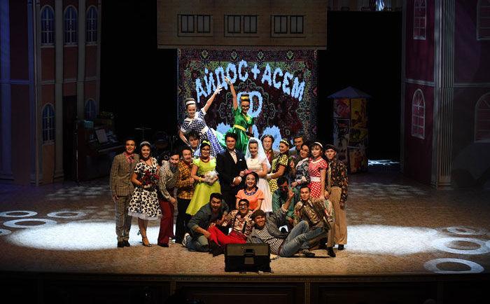 Актеры на сцене после спектакля Достар серті