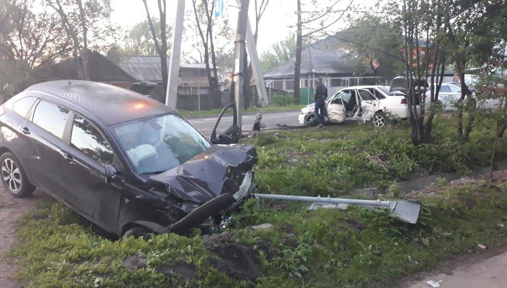 Автомобиль снес столб на пересечении Джангильдина - Сидоркина