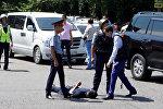 Нападение на полицейских в Алматы