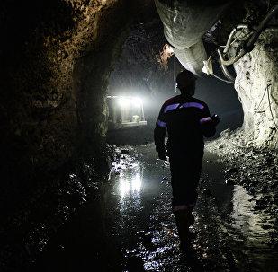 Архивное фото шахтера в руднике