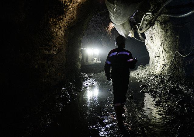 Архивное фото шахтера в шахте