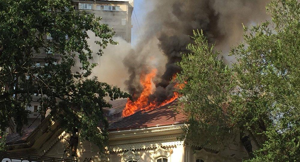 В Алматы горит здание с кафе и магазином