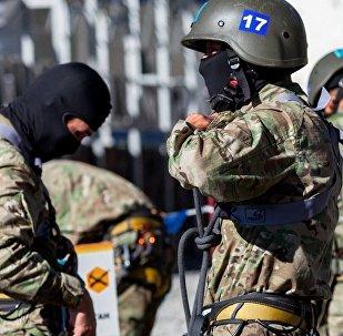 Казахстанские военные во время антитеррористических учений