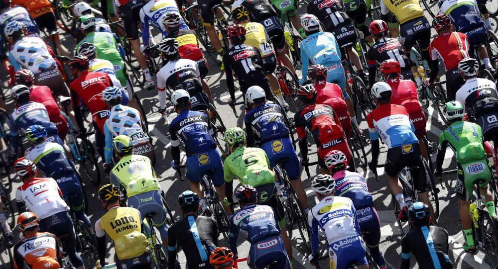 Участники велогонки Amstel Gold Race в городе Маастрихт, Нидерланды