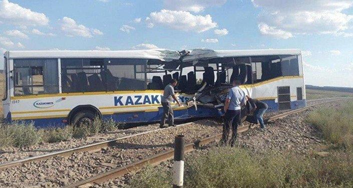 Тепловоз и автобус столкнулись под Жезказганом