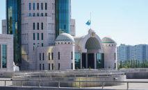 Флаг у здания сената приспущен в день национального траура по жертвам коронавируса