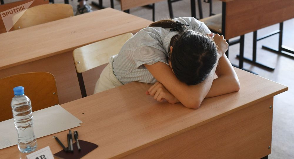 Школьники сдают экзамены, архивное фото