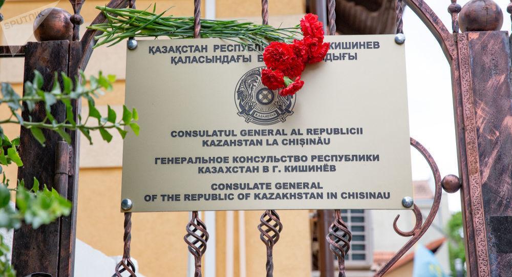 Гвоздики возле здания генерального консульства Казахстана в Кишиневе