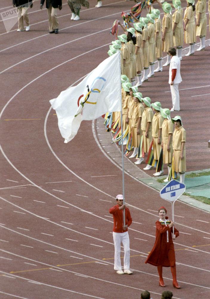 Олимпиаданың ашылу салтанатында Италия ұлттық олимпиада комитетінің өкілі жалауды көтеріп келеді.