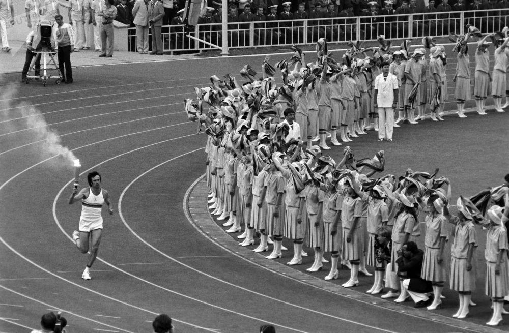 ХХІІ жазғы олимпиада ойындарының ашылу салтанатында Лужники ашық стадионына Олимпиада алауы жеткізілген сәт.