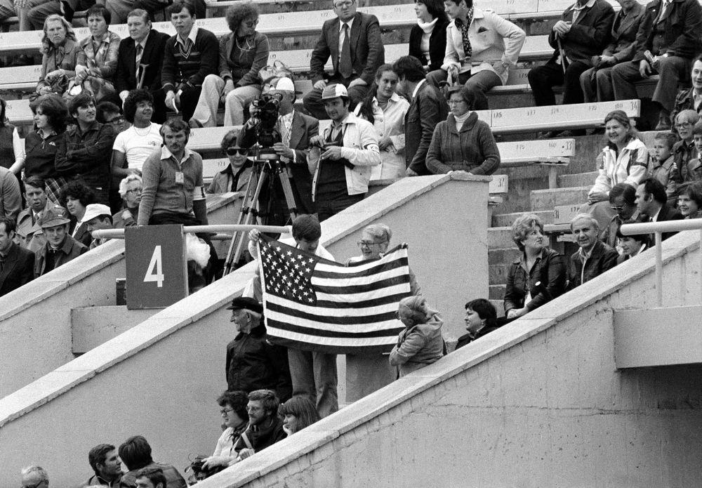 АҚШ жанкүйерлері Мәскеуде өткен олимпиада ойындарының ашылу салтанатында өз елдерінің туын желбіретті. Ресми деректер бойынша КСРО астанасына шамамен үш мың америкалық келді.