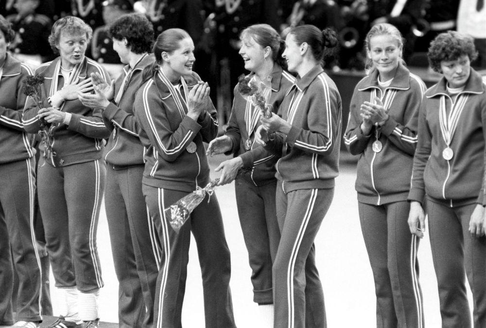 После вручения золотых медалей женской сборной команде СССР по гандболу. XXII летние Олимпийские игры (19 июля - 3 августа).