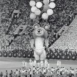 Восьмиметровый Мишка - символ московской Олимпиады на торжественной церемонии закрытия XXII летних Олимпийских игр.