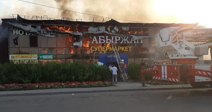 Алматының Наурызбай ауданында супермаркет орналасқан ғимарат өртеніп жатыр