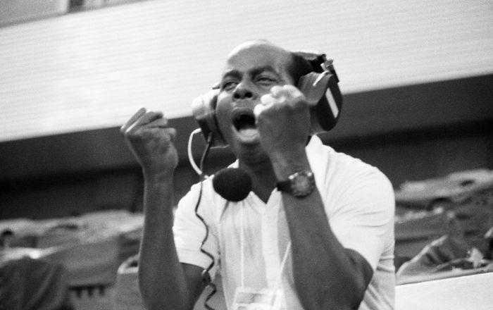 Комментатор из Замбии Дениз Левье ведет репортаж с футбольного турнира XXII Олимпийских Игр. Архивное фото
