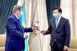 Председатель правления фонда «Самрук-Казына» Ахметжан Есимов (слева) и министр здравоохранения Алексей Цой