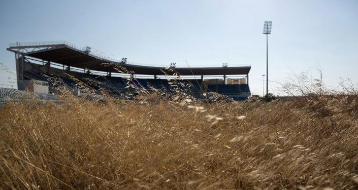 Заброшенный после Олимпиады в Афинах бейсбольный стадион порос травой