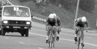 Микроавтобус сопровождает велосипедистов во время гонки на Олимпиаде в Москве