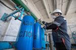 Актюбинский завод ферросплавов наполняет кислородом 300 баллонов в сутки для больных коронавирусом