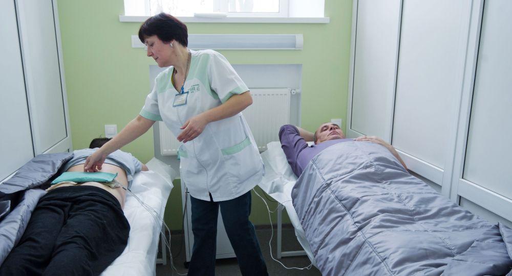 Пациенты на сеансе физиотерапии в санатории, архивное фото