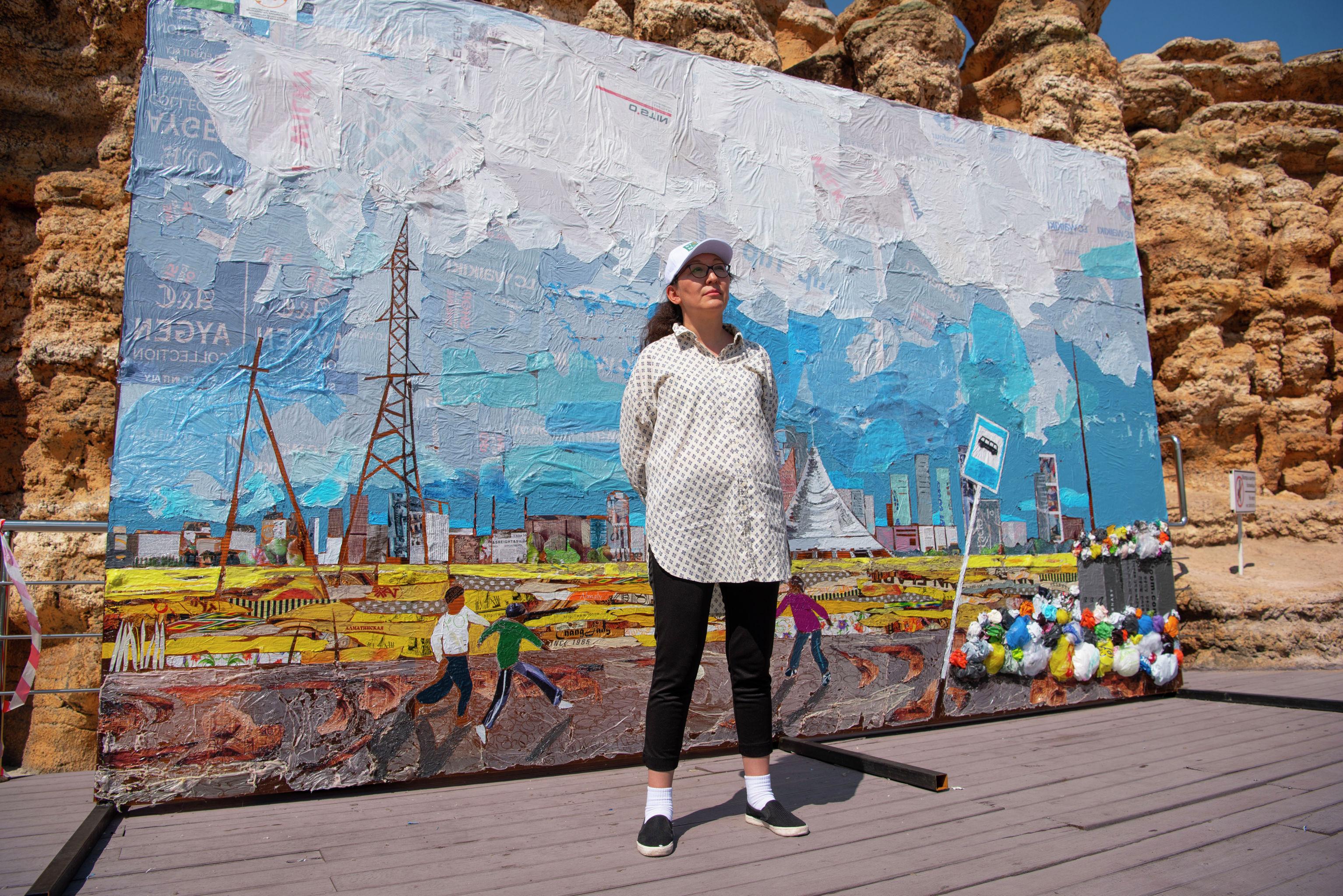 Художница Сауле Сулейменова и ее инсталляция из пакетов
