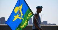 Десантник на праздновании Дня Воздушно-десантных войск, иллюстративное фото