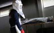 Сотрудник морга рядом с телом погибшего от коронавируса