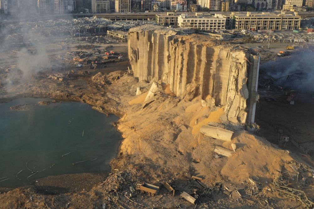Қауіпсіздік шаралары сақталмай, бірнеше мың тонна аммиак селитрасы жарылғаннан кейінгі Бейрут портының көрінісі.