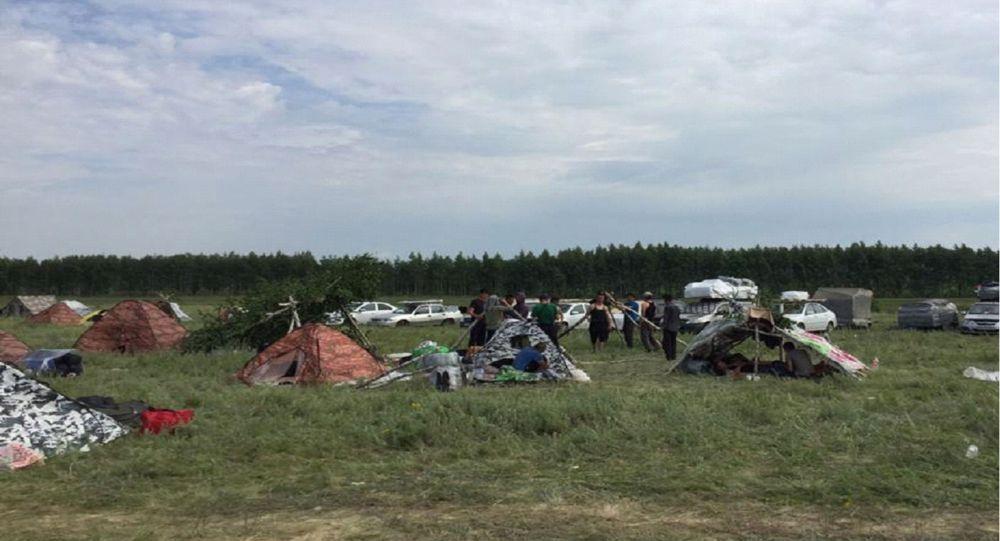 Палаточный лагерь для трудовых мигрантов, пытающихся вернуться на родину, на границе России и Казахстана