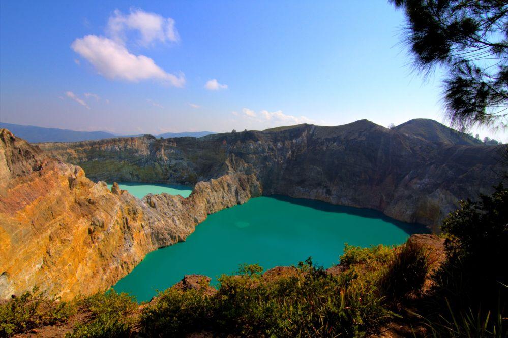 Индонезияның Флорес аралындағы Келимуту жанартауы кратеріндегі үш көлдер жүйесі