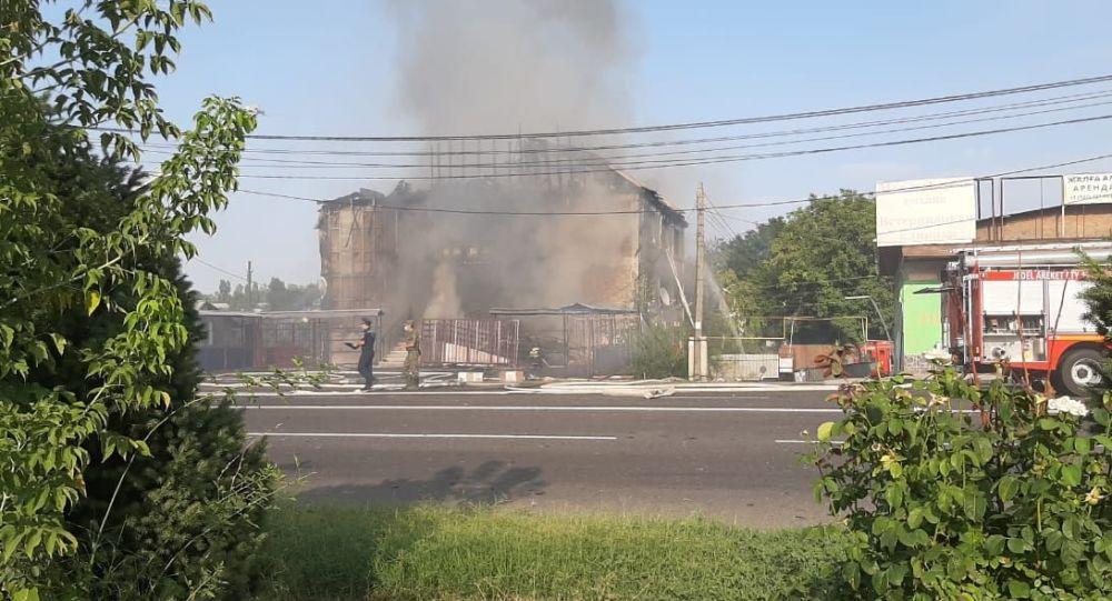 Четырехэтажное здание сгорело в Алматы