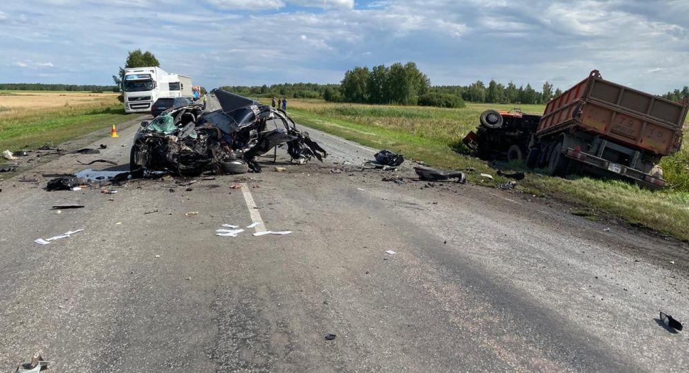 КамАЗ и Тойота столкнулись на трассе в СКО