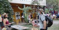 Посетители могли от души поторговаться с артистами театра