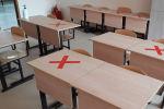 Отметки на партах в школьном классе для соблюдения социальной дистанции