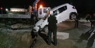 Автомобиль провалился в яму в Павлодаре