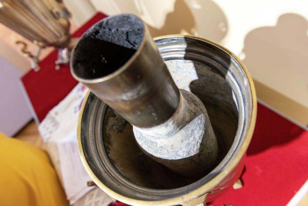 В трубу внутри самовара закладывались угли или щепки, их поджигали, в самовар наливали воду