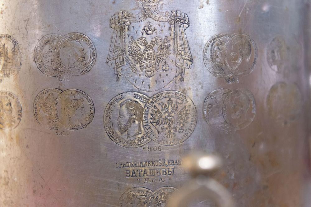 Каждый медальон отмечен датой или годом выставки