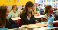 Бетперде таққан оқушылар, архивтегі сурет