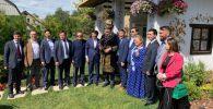 Михаил Саакашвили в чапане и с камчой в окружении казахстанской делегации