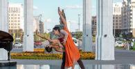 Артисты театра Астана Балет Айжан Мукатова и Сундет Султанов выступают на открытом воздухе