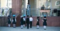 Первоклассники возле школы