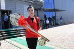 Участница торжественной церемонии открытия с символическим ключом