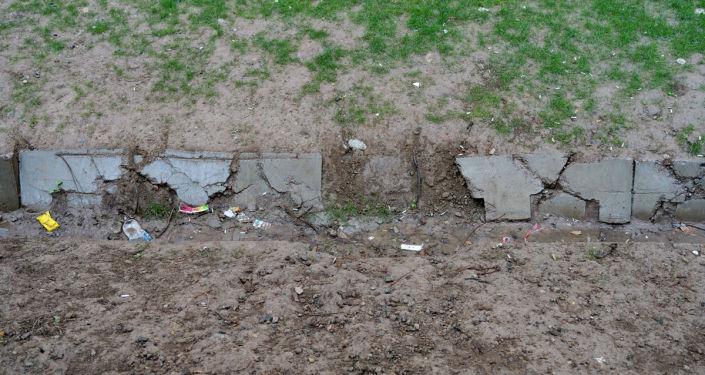 Когда идет дождь, вода опять затекает под дом