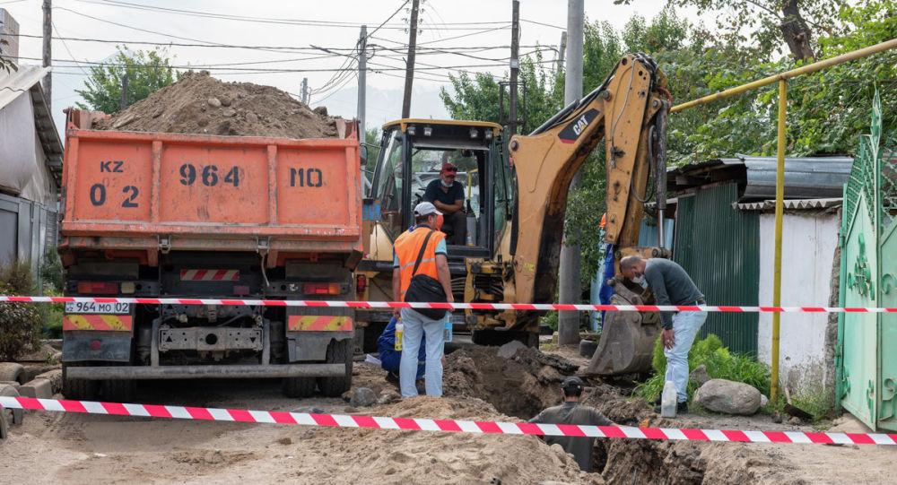 Работники газовой компании устраняют дефекты на подземной магистрали