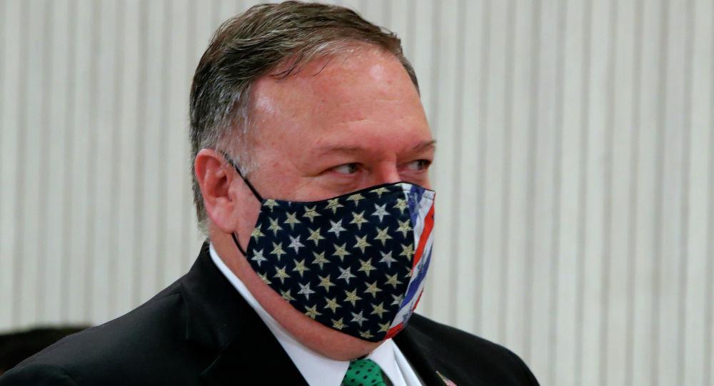Госсекретарь США Майк Помпео в защитной маске